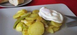 Patatas a lo pobre con huevos